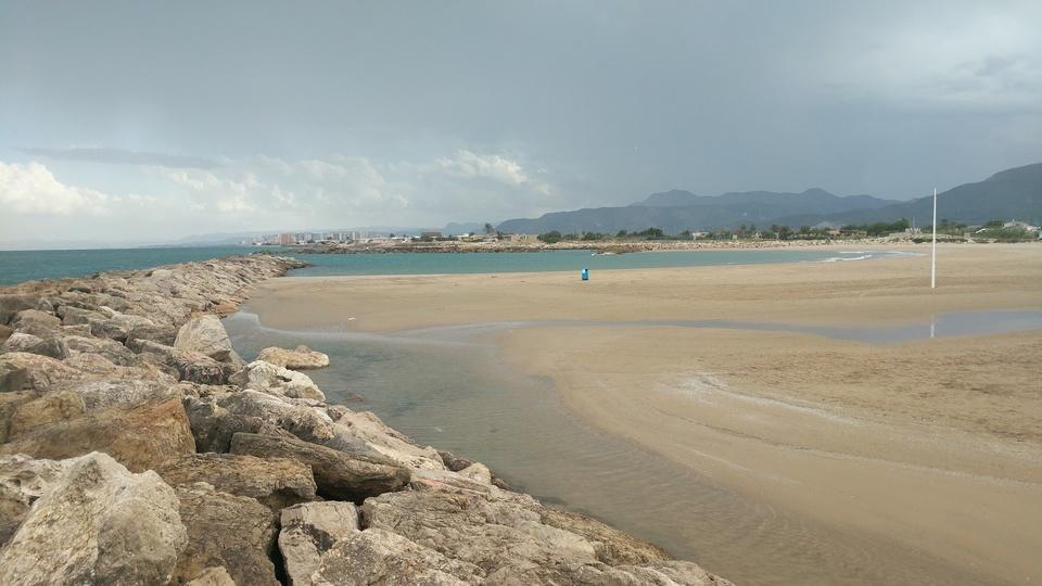 Playa del estany Cullera en dia nublado